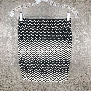 Forever 21 Black & White Zigzag Mini Skirt Size S